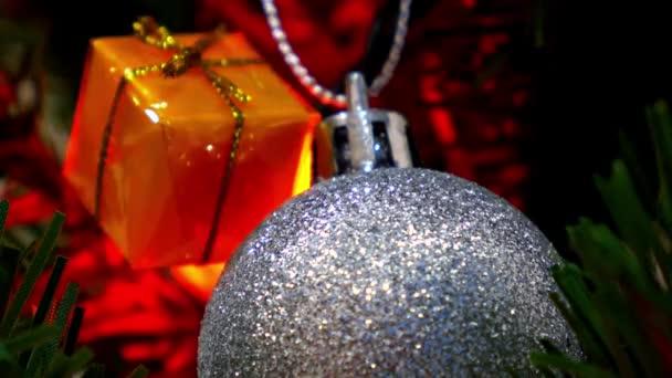Detailní záběr na vánoční ozdoby