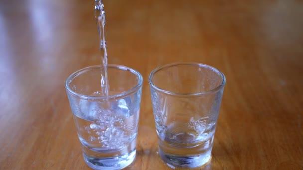 Detail nalil do sklenice vodky