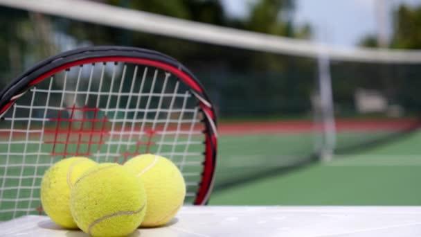 Sport a zdravý život koncepce. Tenisová raketa s míčky.