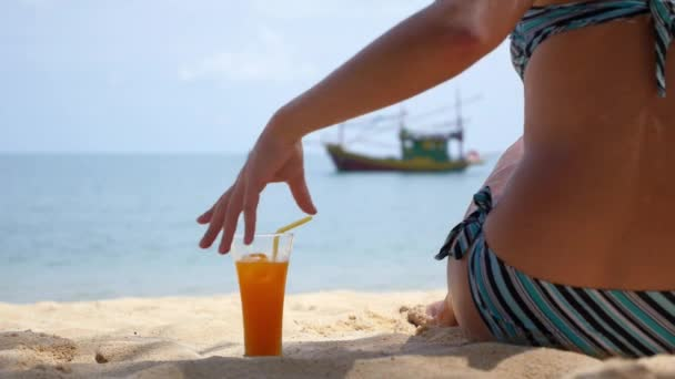 Žena v plavkách s ovocný koktejl relaxaci na pláži