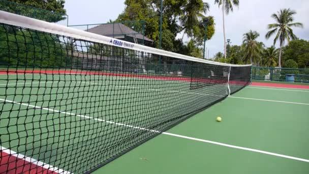 služby chyba, žlutá tenisový míček udeří na netu