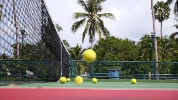 Tenisový klub a tenisový kurt s míčky v tropech