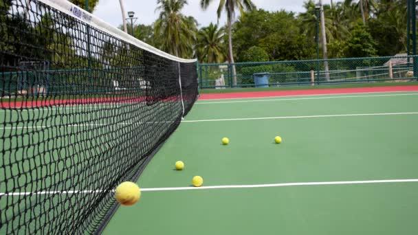 Resort tenisový klub a tenisové kurty s míčky