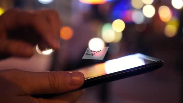 Chatování Sms v tabletovém počítači v noci City. Animace zprávy