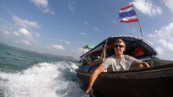 Turisté cestující na tradiční thajské lodi. Zpomalený pohyb.