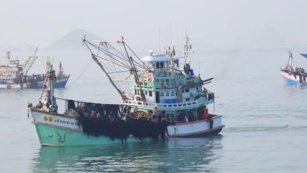 Rybáři s rybářskými Net na lodi v moři
