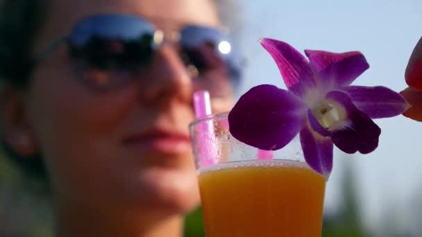 Zdravá mladá žena s čerstvé ovocné šťávy v létě