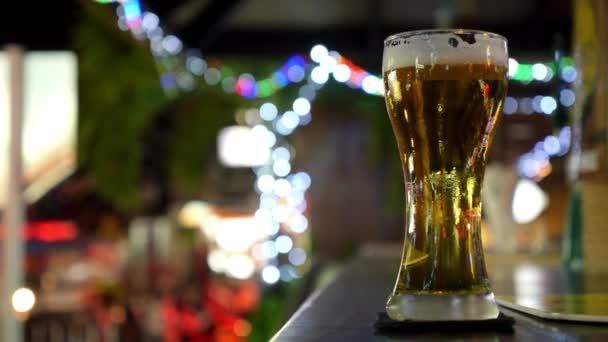 Sklo světla piva na baru v hospodě. Closeup.