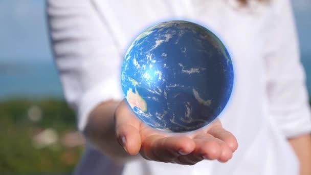 A kezében tartja a föld