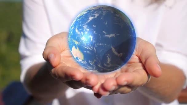 Země v ženských rukou.
