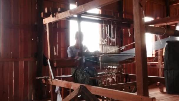 3 březen 2016 Nyaungshwe, Myanmar. Ženy, které pracují na textilní stroje doma - málo sekvence videa