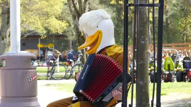 depositphotos_72402635-stock-video-funny-man-in-duck-mask.jpg