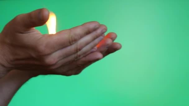 ruce, nesoucí oheň a dát ji na povrchu chroma klíč 2