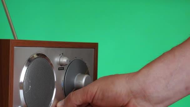 Ruční přepnutí v rádiu a naladit chroma klíč dolly záběr