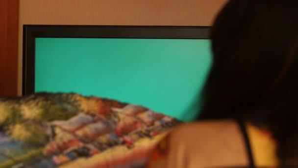 žena s ventilátorem kryt a objevovat zelené obrazovky tv set Zpomalený pohyb