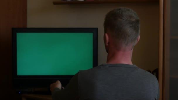 ember néz tv és szerzés Meglepő érzelmek hátsó nézet chroma-kulcs