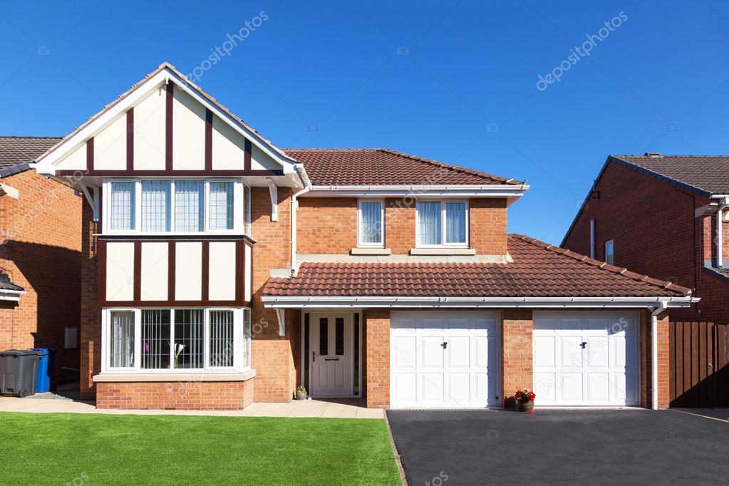 Moderne einfahrten einfamilienhaus  Moderne englische Haus mit Doppel-Garage und Einfahrt ...