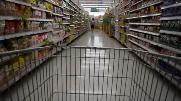 nákupní košík v supermarketu