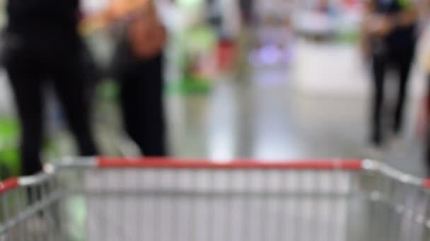 Rozmazané nákupního košíku v supermarketu