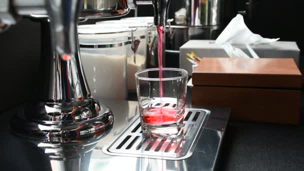 Édes vörös drink pohárba öntse