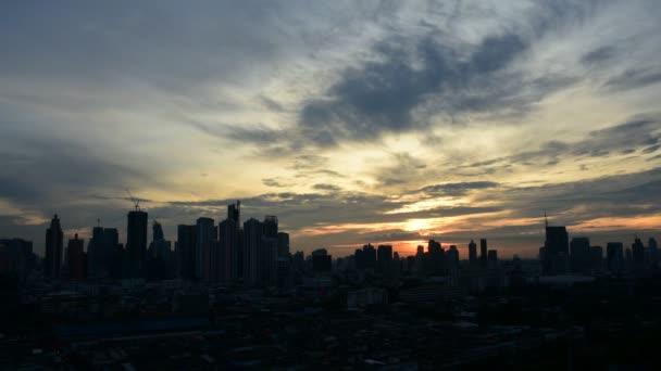 Városképet gazdagító épületnek szánták és este napnyugta időpontja, Timelapse közlekedése