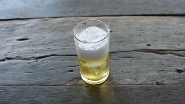 Pivo nalévá s ledem ve skle