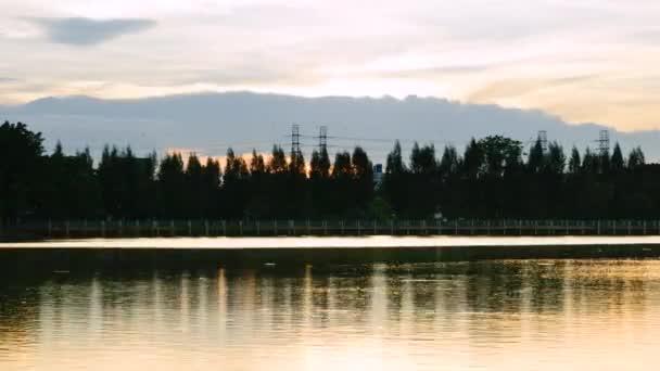 západ slunce ve večerních hodinách v parku 4k