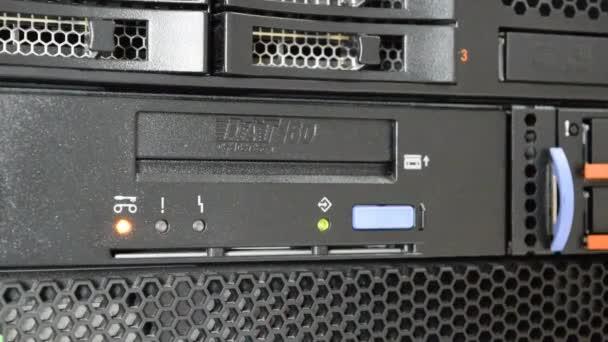 Entfernen Sie die Band aus dem Bandlaufwerk auf Computer-Server