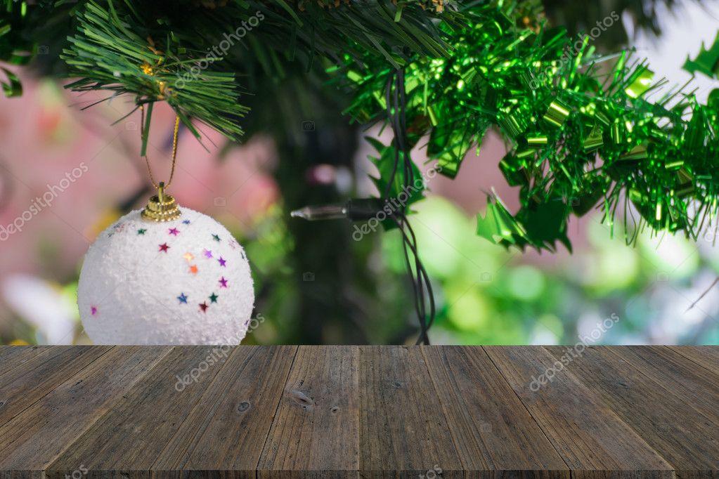 Houten terras en kerstboom decoratie u stockfoto pongmoji