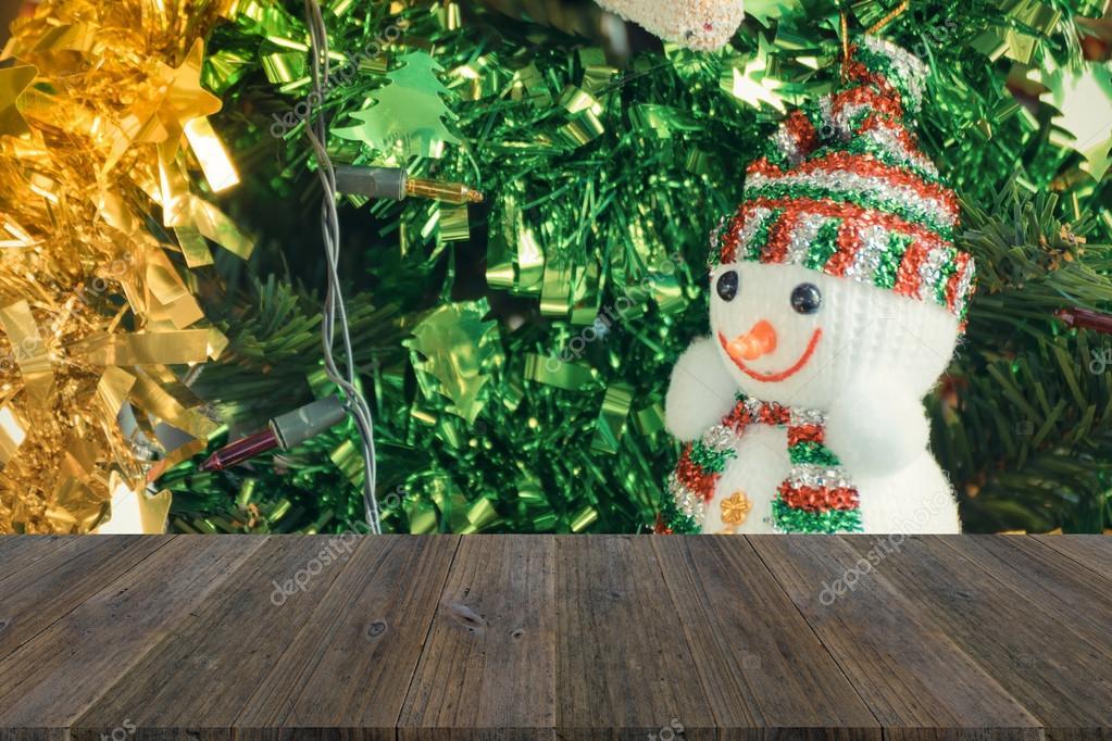 Houten terras en kerstboom decoratie verwerken in vintage