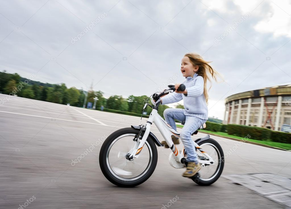 Imagen De Niña Andando En Bicicleta: Niña Linda Andar Rápido En