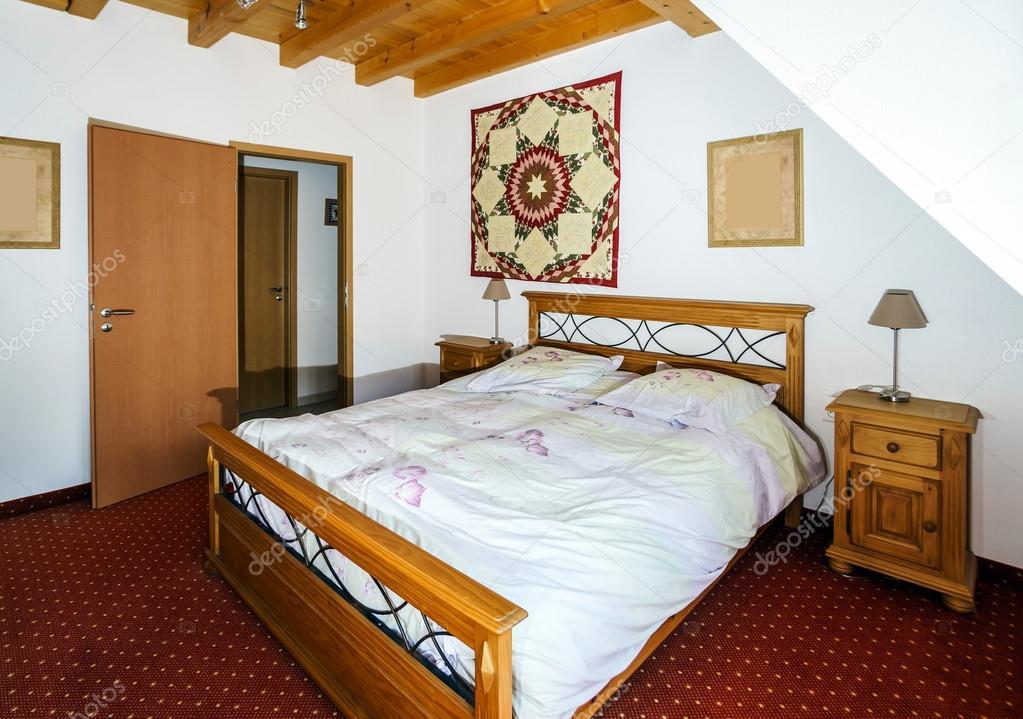 Comfortabele slaapkamer voor twee volwassenen u stockfoto