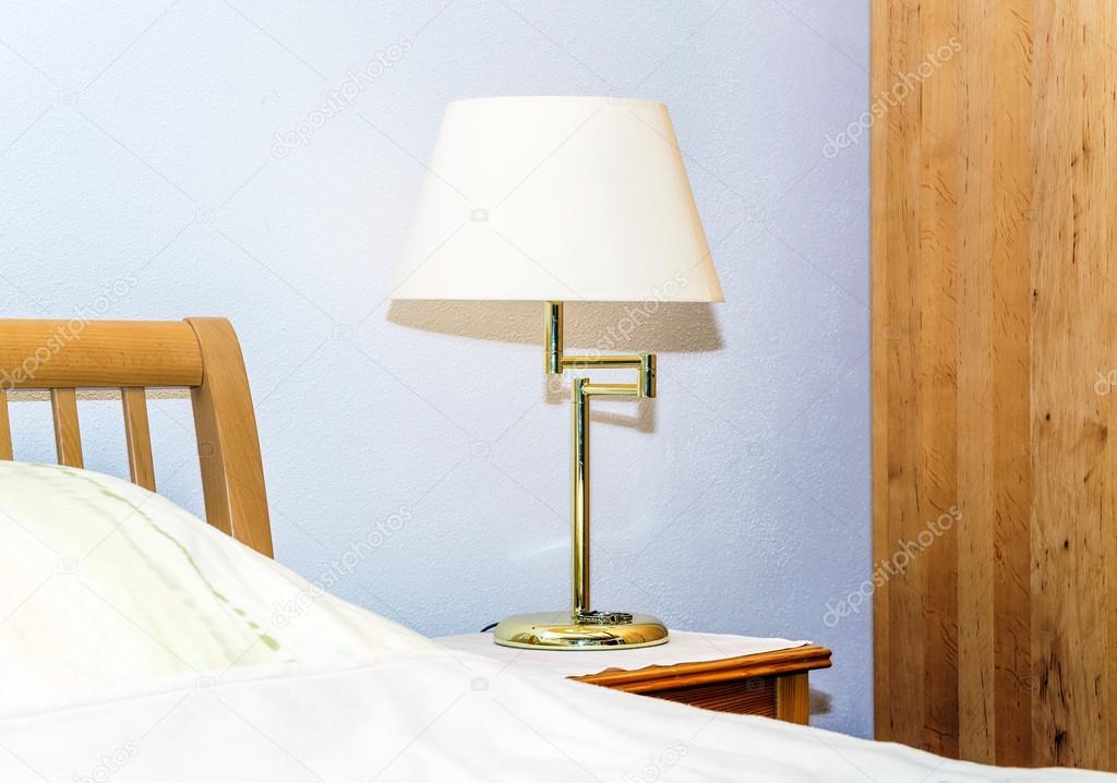 Einzige Nachtlampe im Schlafzimmer — Stockfoto © sorokopud ...