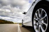 Luxusní bílé auto a podzimní barvy