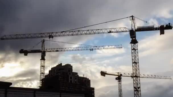 Jeřáb a budování staveniště proti obloze, timelapse 4k