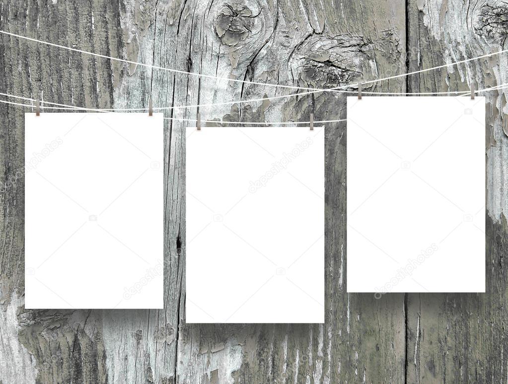 Tres marcos de vacíos colgados por clavijas en resistieron tableros ...