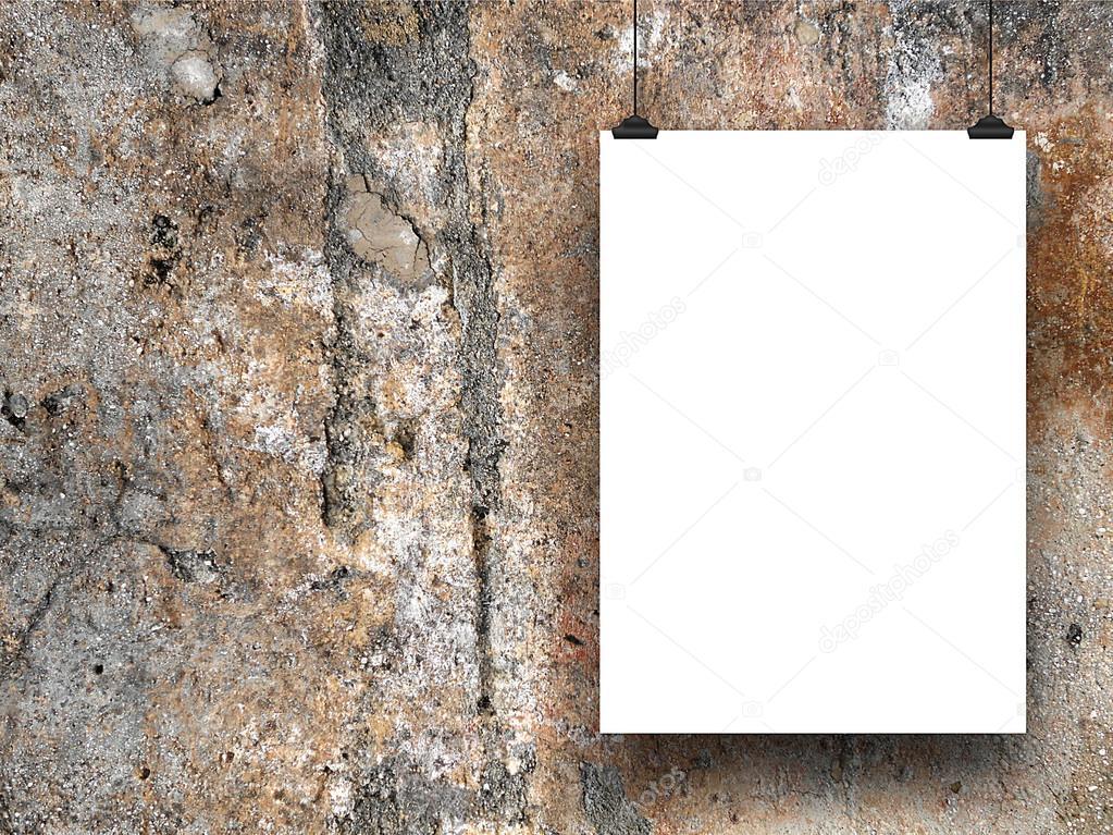 Marco de papel colgado con ganchos de pared de hormigón marrón ...