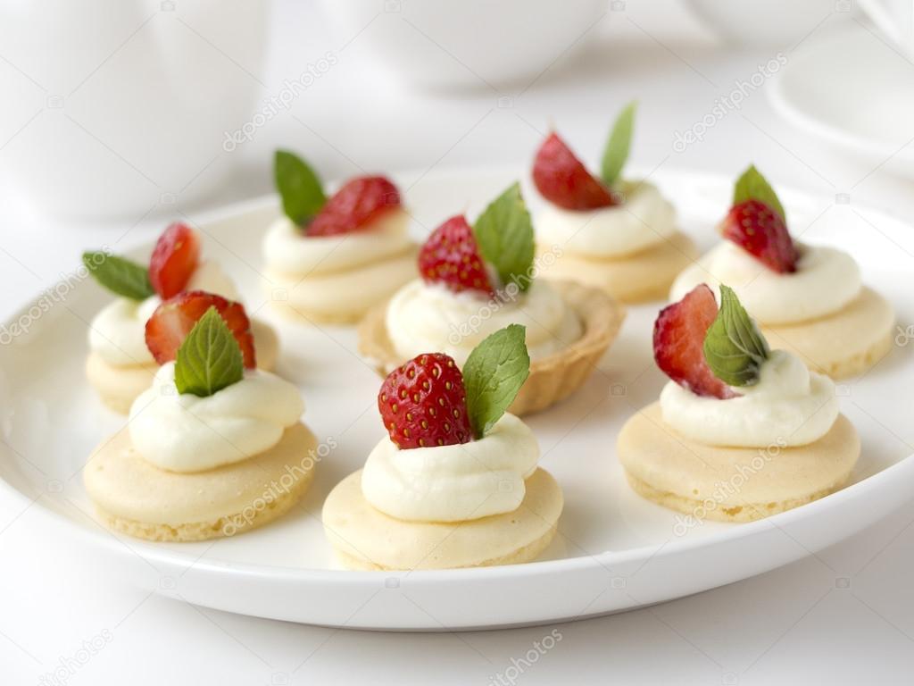 Viele Kuchen Oder Mini Torte Mit Frischen Fruchten Schlagsahne