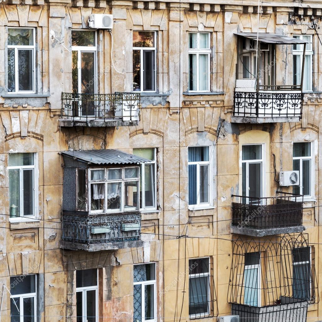 Old Apartment: Fachada Do Antigo Prédio De Apartamentos Com Janelas E