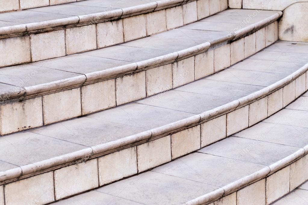Frammento delle vecchie scale di piastrelle di marmo con le crepe