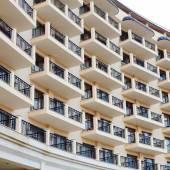 Fasáda bytového domu, hotelové terasy