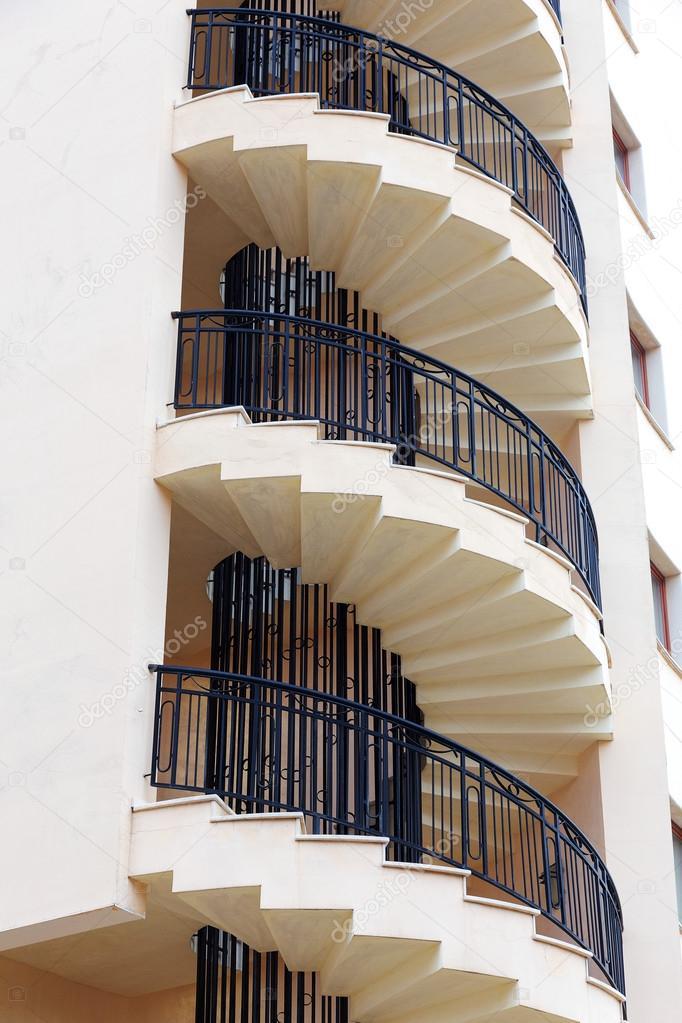 Fotos la escalera de la casa escalera de caracol en la fachada exterior de la casa foto de - Escalera de caracol exterior ...
