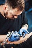 hlavní tattooist má tetování