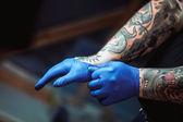 Fotografie hlavní tattoo umělec připraví nástroje