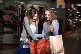 Fotografie Mode-Shopping-zwei Damen-Portrait
