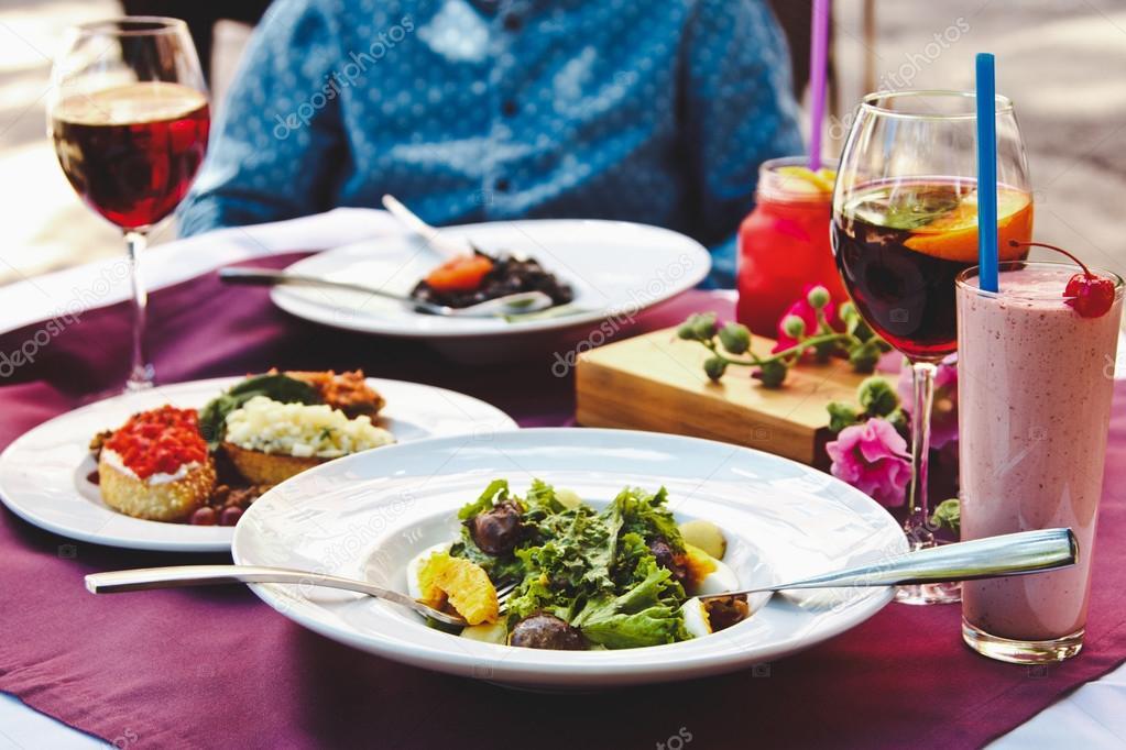 Uma Linda Mesa Decorada No Restaurante Com Deliciosos