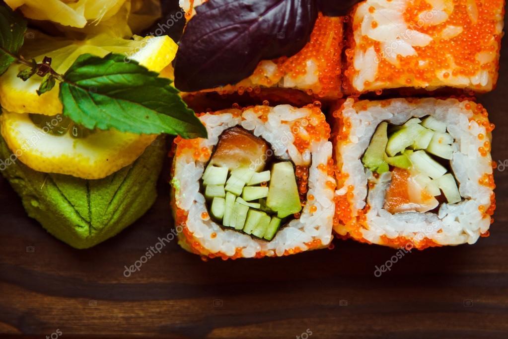 Rollos de sushi y comida china hermoso sobre fondo de madera — Fotos ...