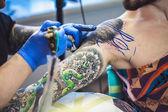 tatuatore fa un tatuaggio