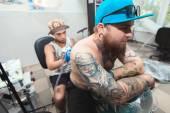 Fotografie tattooist dělá tetování