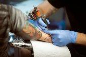 Tattooist tesz egy tetoválás. Vértes